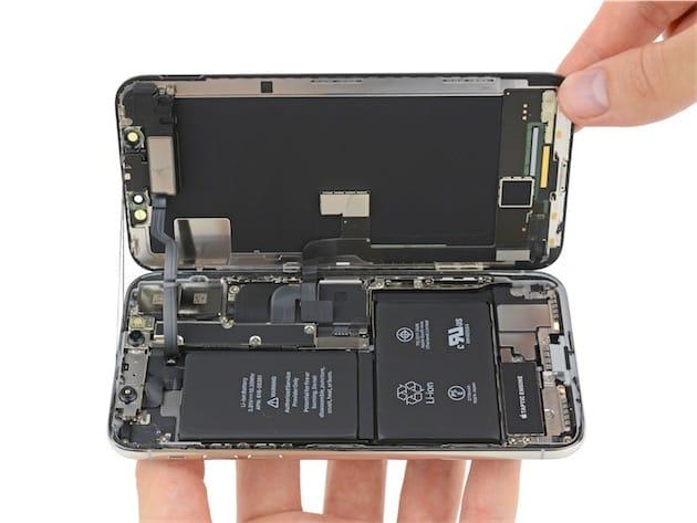 La batterie en L de l'iPhone X. Image iFixit (CC BY-NC-SA).