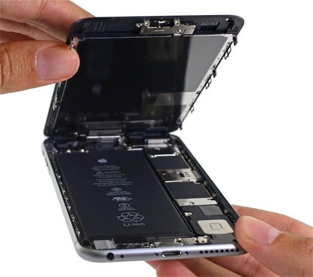 La batterie, à gauche (image iFixit). Cliquer pour agrandir