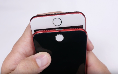 Voici le résultat d'un iPhone rouge avec une façade noire