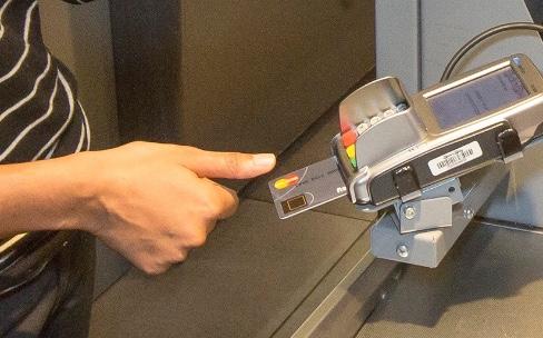 Mastercard teste une carte de paiement biométrique