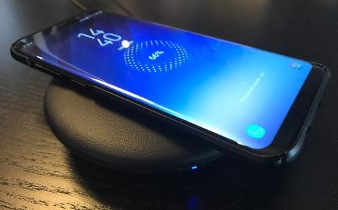 La recharge sans fil du S8 est agréable, mais pas parfaite