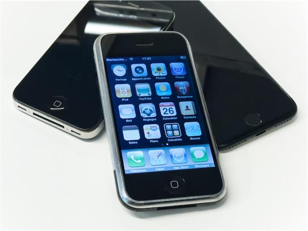 Un iPhone EDGE, aux côtés d'un iPhone 4 et d'un iPhone 7.