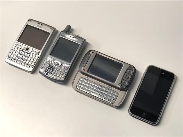 De gauche à droite : mon Nokia E61 (2006-2007), le Palm Tréo 650 de Christophe (2004-2008), le HTC TyTN de Cédric (2006-2007), et…mon iPhone EDGE.