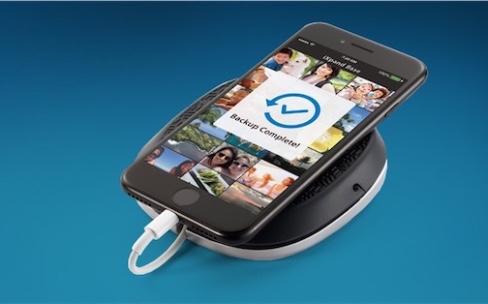 iXPand Base, un socle qui recharge l'iPhone et sauvegarde sesphotos