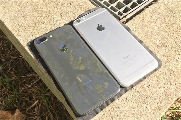 Le verre au dos des iPhone 8 Plus tranche avec l'aluminium mat des générations précédentes. Au passage, notez comment Apple modifie le gris sidéral chaque année : la couleur n'a plus rien à voir sur ces deux modèles. Cliquer pour agrandir
