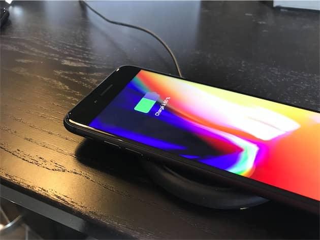 Un iPhone 8 Plus sur le socle de recharge de mophie. Cliquer pour agrandir
