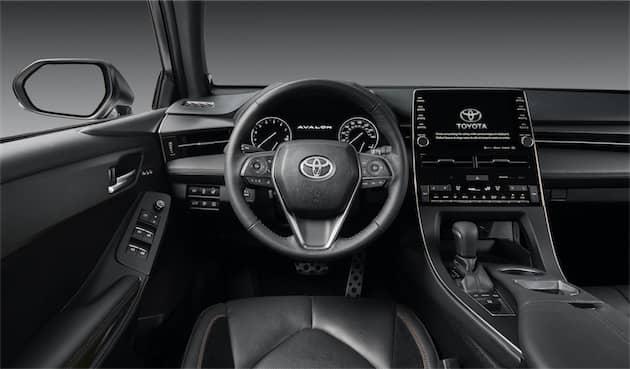 L'intérieur de la Toyota Avalon, avec le grand écran tactile qui servira pour CarPlay sur la droite. Cliquer pour agrandir
