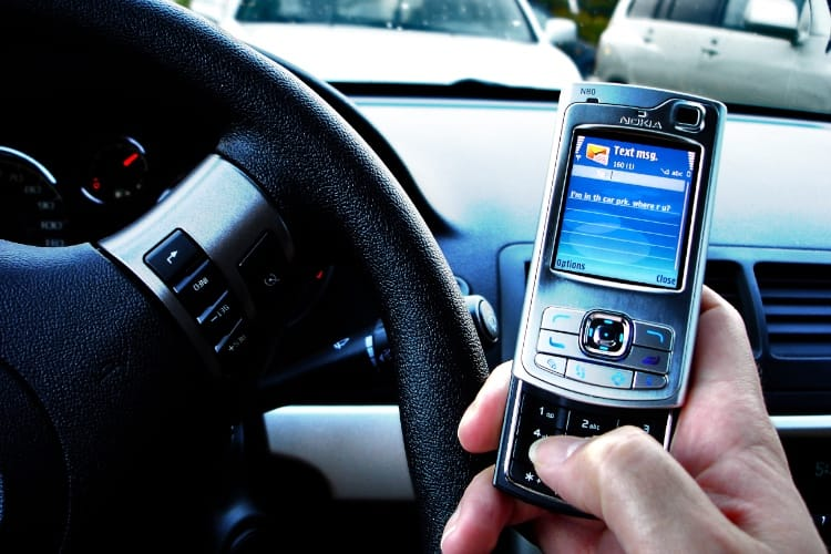 Arrêter sa voiture ne suffit pas pour utiliser un téléphone au volant