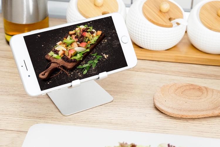 Promos: un chargeur RAVPower Qi 7,5W à 29€ et un support smartphone en alu à 8€