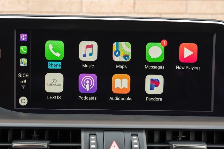 Après Toyota, Lexus propose aussi CarPlay, mais sans écran tactile