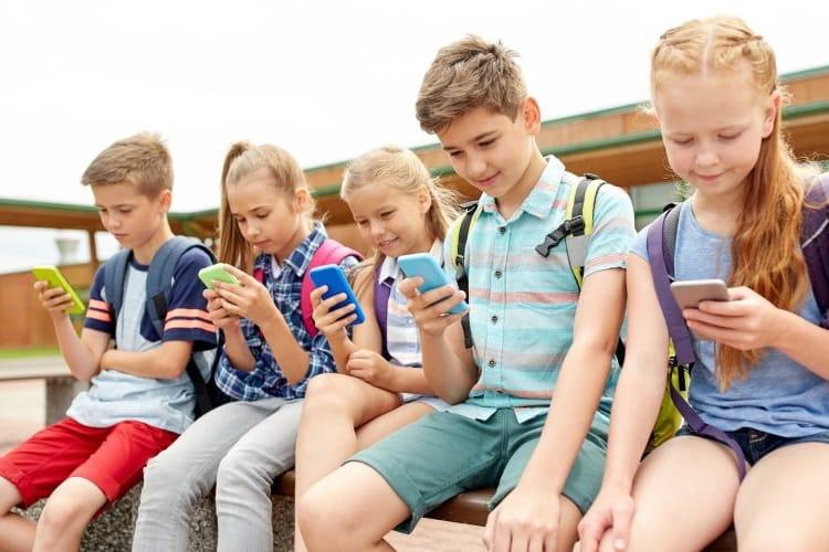 Interdiction du téléphone portable à l'école : la proposition de loi au tableau