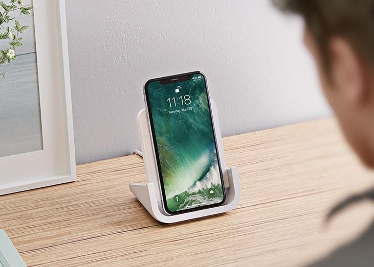 powered un chargeur sans fil pour iphone con u par logitech en collaboration avec apple. Black Bedroom Furniture Sets. Home Design Ideas